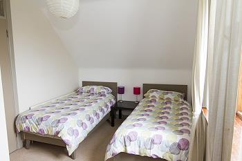 Une chambre à deux lits au premier étage