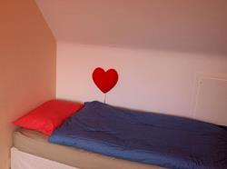 slaapkamer met twee bedden op bovenverdieping