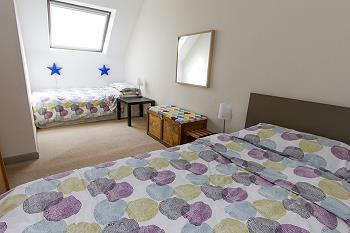 Une chambre a deux lits avec douche/WC au premier étage